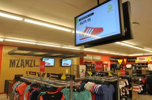 Digital signage in retail winkel
